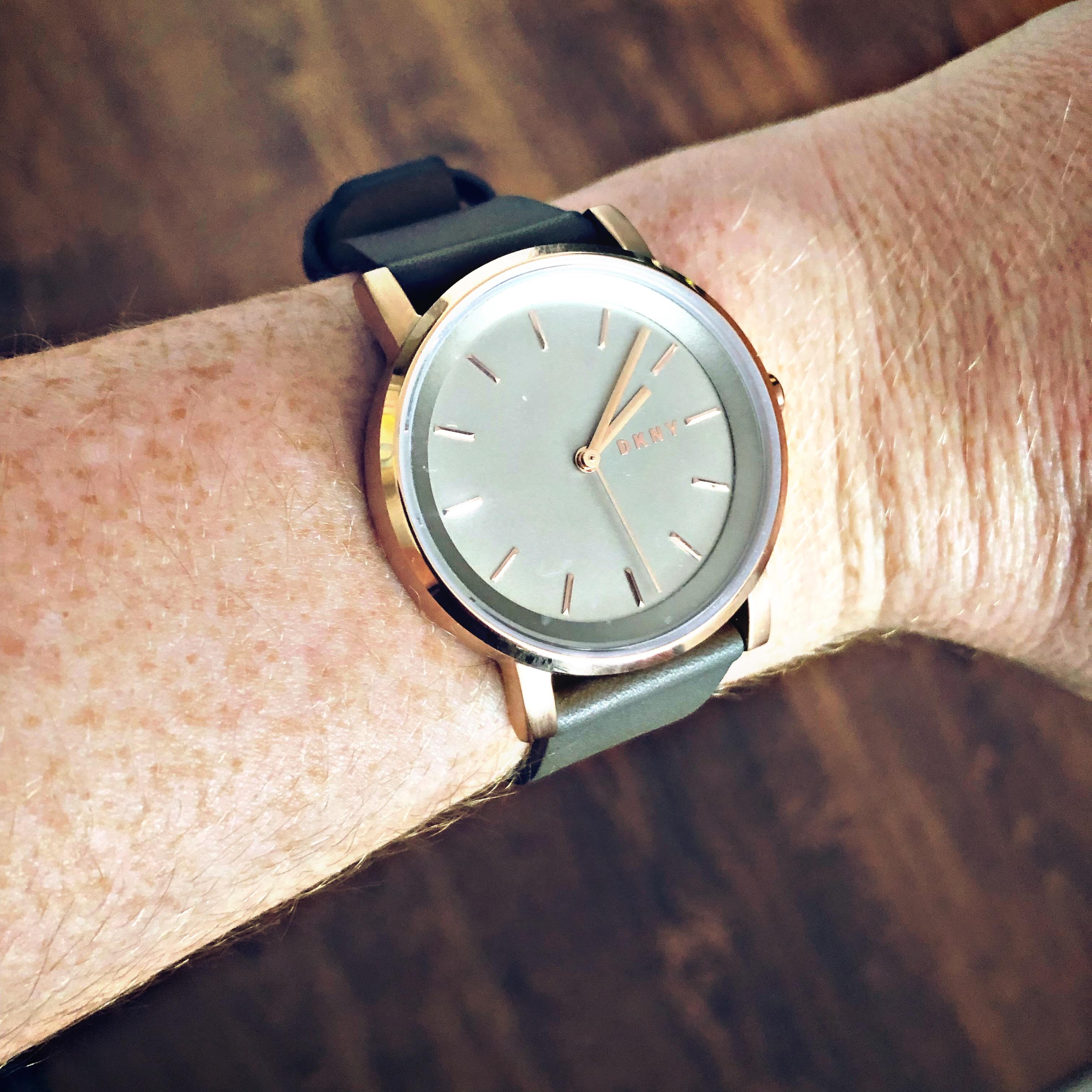 9b2acbe64d68e4 Zegarek damski przed nadgarstkiem czy za w stylizacji wieczorowej?